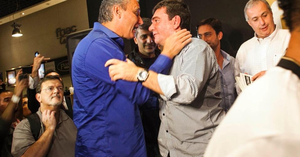 Tite e Andrés Sanchez conversam durante lançamento do livro do ex-presidente do Corinthians