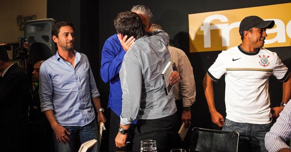 Tite, técnico do Corinthians, e Andrés Sanchez, dão um beijo carinhoso durante lançamento do livro do ex-presidente do clube