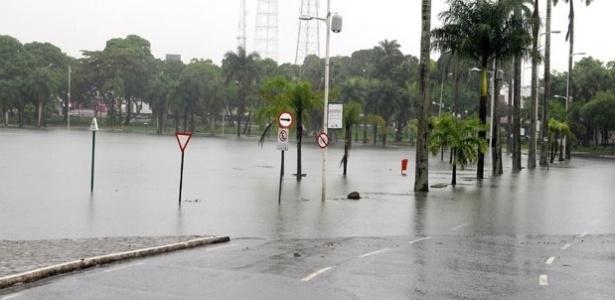 19.jun.2012 -  A Lagoa do Parque Solon de Lucena transbordou, invadiu a pista e complicou o trânsito em João Pessoa nesta terça-feira (19)