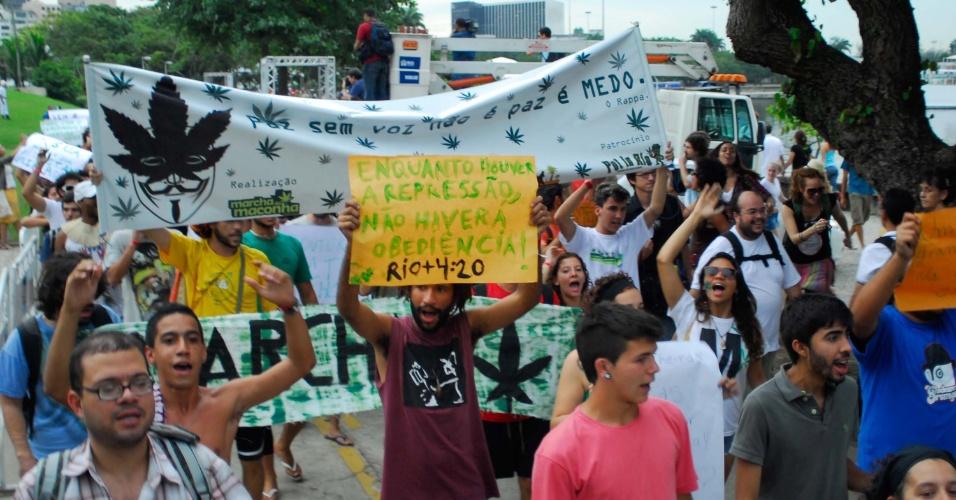 19.jun.2012 - Cerca de 200 pessoas participaram nesta terça-feira (19) da marcha da maconha. A manifestação, que pede a legalização da erva no Brasil, aconteceu nos arredores da Cúpula dos Povos, evento paralelo à Rio+20, no Aterro do Flamengo, no Rio de Janeiro