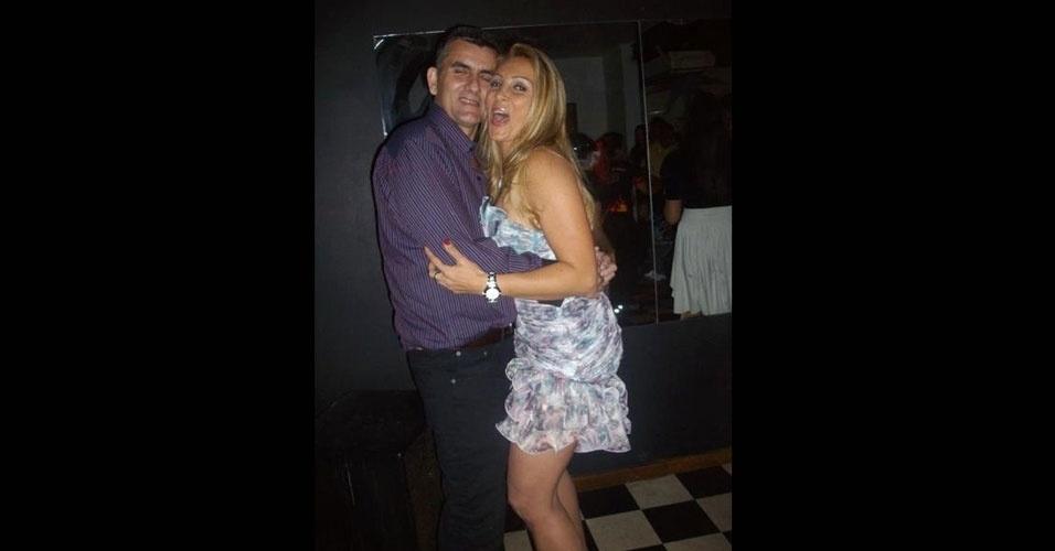 19.jun.2012 - Foto mostra Angelina Filgueiras dos Santos, 42, abraçada com o ex-marido Márcio. Angelina morreu baleada na madrugada de sábado (16) durante briga em Niterói, no Rio de Janeiro. Ela é irmã da modelo Ângela Bismarchi, que está confinada na casa do reality show