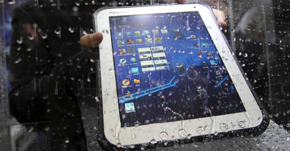 19.jun.2012 - O tablet Toughpad, da Panasonic, é molhado durante demonstração na CommunicAsia, feira de eletrônicos que ocorre em Cingapura. O portátil, que pesa 950 gramas, é voltado para o ambiente corporativo e, em função disso, aguenta bem eventuais acidentes como queda, derramamento de água e poeira. Ele será vendido a partir de setembro na Ásia por US$1.599