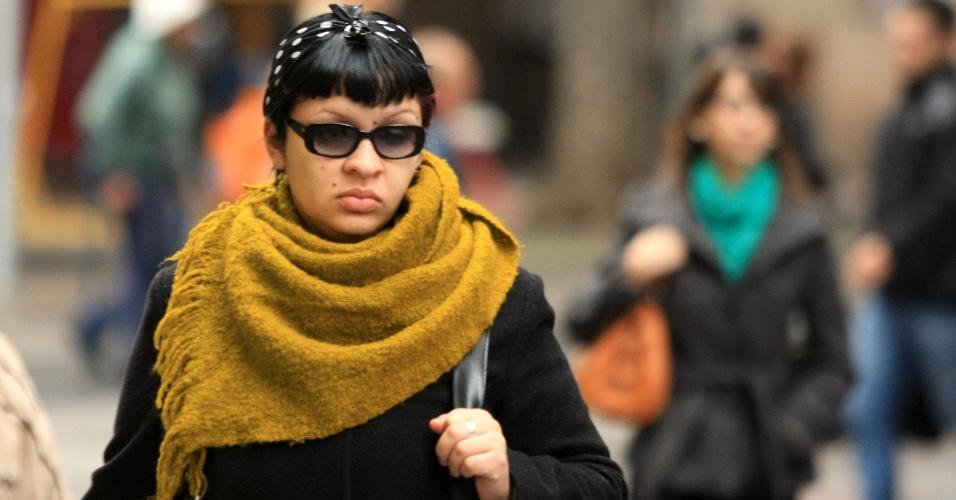 19.jun.2012 - Pedestres enfrentam o frio em Porto Alegre nesta terça-feira. A temperatura máxima prevista é de 17ºC, e a mínima, de 12ºC
