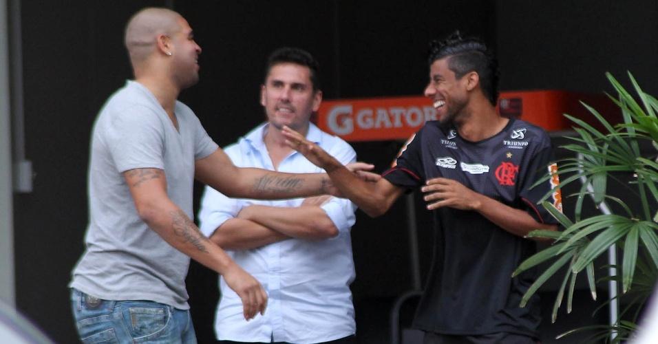 Adriano conversa com Leo Moura na chegada ao CT do Flamengo para conversa sobre faltas às sessões de fisioterapia (19/06/2012)