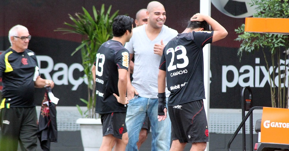 Adriano vai ao Ninho do Urubu para reunião com a cúpula do Flamengo sobre ausências na fisioterapia (19/06/2012)