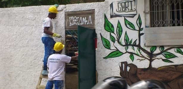 """Funcionários da prefeitura cobrem pichação com o nome """"Ozama"""", uma referência a Osama bin Laden"""