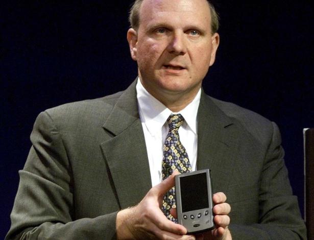 Em 2000, Steve Ballmer, CEO da Microsoft, aparece com o Pocket PC ou ?computador de bolso?, durante apresentação na estação central de Nova York (EUA)