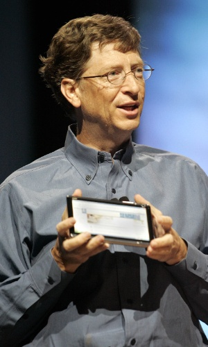 Em 2005, o então presidente e chefe de arquitetura de software da Microsoft, Bill Gates, apresentou mais um protótipo de um tablet PC durante a Conferência de Engenharia de Hardware da empresa em Seattle