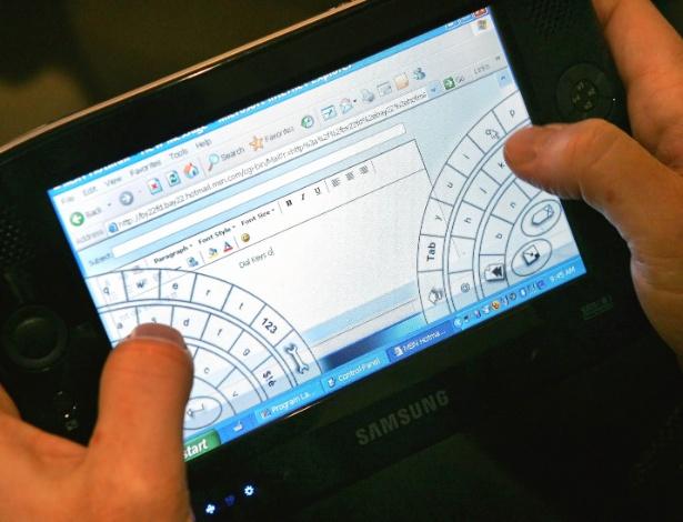 Em 2006, William Mitchell, vice-presidente da Microsoft, mostrou na Cebit, feira de tecnologia em Hannover, um modelo de UMPC (Ultra Mobile Personal Computer) feito em parceria com a Samsung