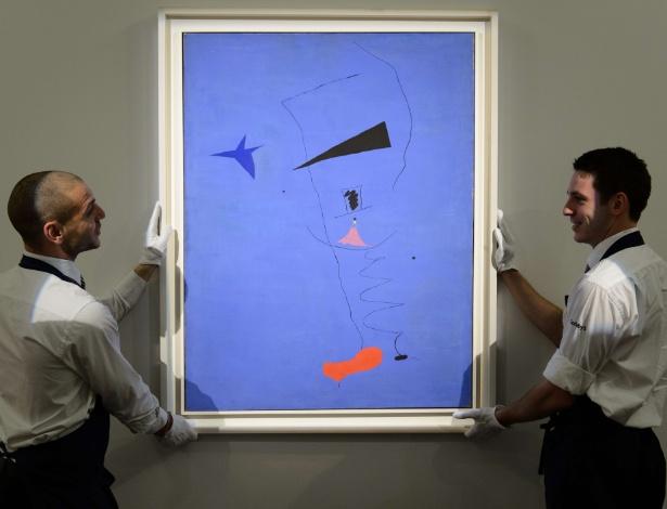 "Funcionários da Sotheby""s mostram ""Estrela Azul"", quadro de Joan Miró vendido a preço recorde - Leon Neal/AFP"