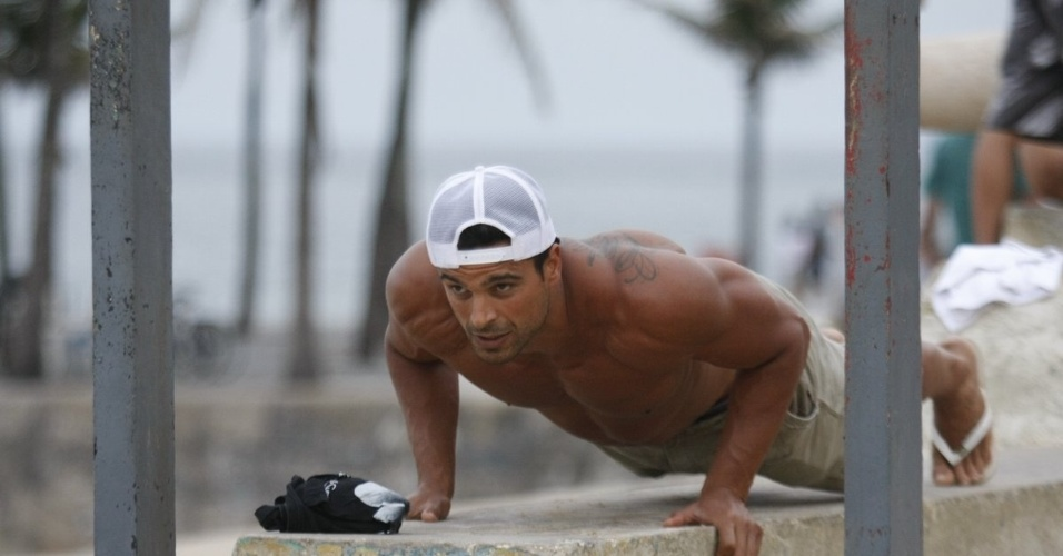 "Gustavo Salyer se exercitou pela orla da praia do Arpoador, zona sul do Rio (19/6/12). O modelo foi eliminado do reality show ""A Fazenda 5"""
