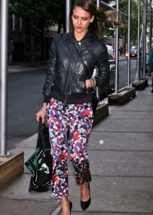 A atriz Jessica Alba adotou o look, combinado a itens básicos como a jaqueta de couro - Getty Images