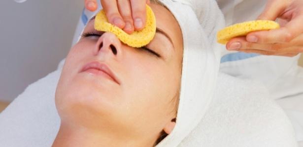 Indicada para a remoção de cravos e células mortas, a limpeza profissional deixa a pele mais homogênea e saudável - Thinkstock