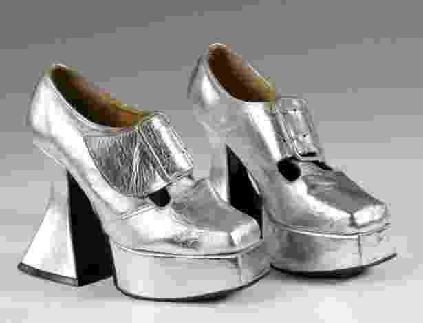 O Museu e Galeria de Northampton, na Inglaterra, deu início a uma das exposições de sapatos mais completas do mundo, com modelos de diversas décadas e autores. Acima, sapatos de plataforma criados pelo estilista John Fluevog, da marca Sacha, nos anos 70 - John Roan/ The Shoe Collection, Northampton Museums & Art Gallery