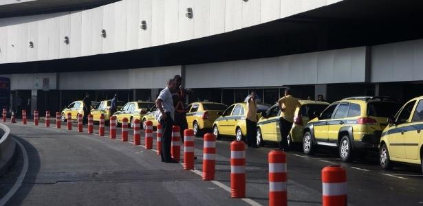 Fila de taxistas esperando por passageiros no Galeão