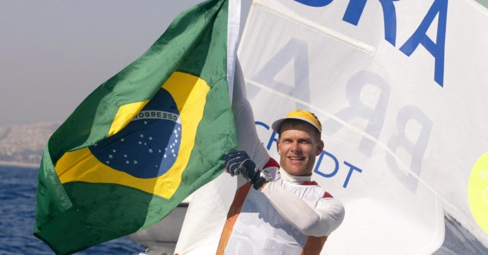 Robert Scheidt comemora sua medalha de ouro na vela nos Jogos Olímpicos de Atenas-2004