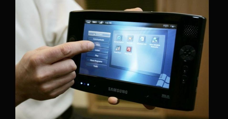 Samsung UMPC Q1 tinha uma tela sensível ao toque de 7 polegadas e rodava o sistema operacional Windows XP