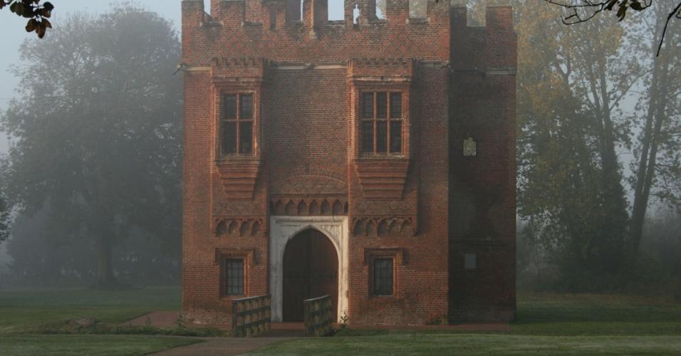 20 jun 2012 - Gatehouse, construção medieval feita de tijolos, em reserva natural de Londres