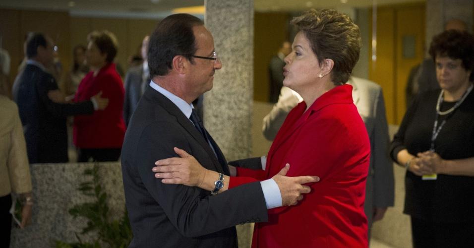 20.jun.2012 - A presidente Dilma Rousseff encontra o presidente da França, François Hollande, durante evento da Rio+20, Conferência da ONU sobre Desenvolvimento Sustentável