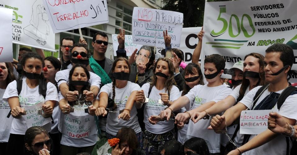 20.jun.2012 - Ativistas da Marcha dos Povos lotam a avenida Rio Branco, no Rio de Janeiro, durante protesto próximo à Rio+20, Conferência da ONU sobre Desenvolvimento Sustentável