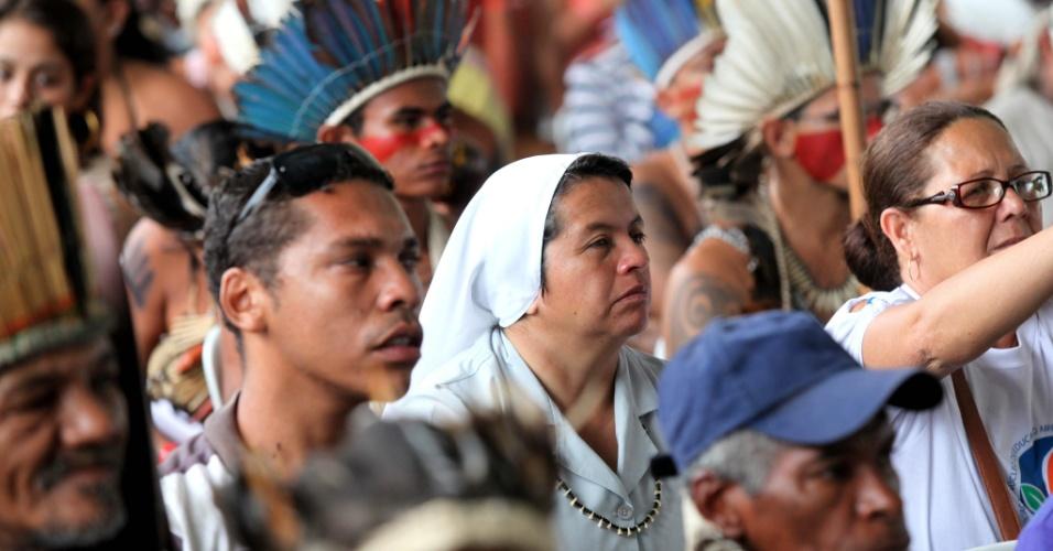 20.jun.2012 - Cúpula dos Povos, evento paralelo à Rio+20, reúne índios de diversas etnias, religiosos, estudantes e simpatizantes das manifestações