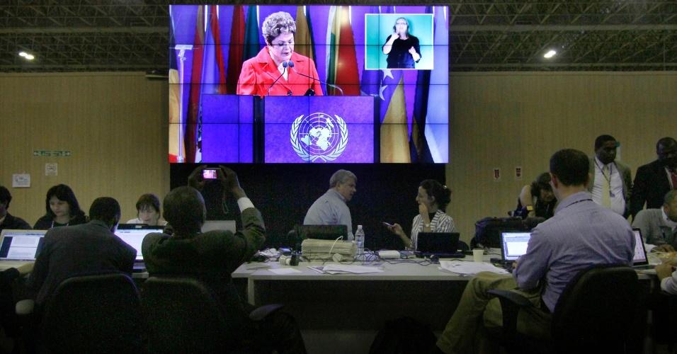20.jun.2012 - Enquanto Dilma discursa na Rio+20, jornalistas do mundo todo disputam espaço para ver o pronunciamento em um telão