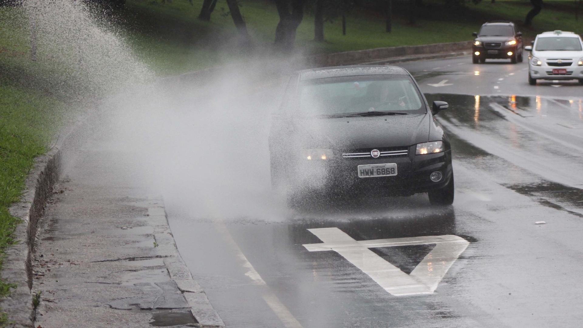 20.jun.2012 - Frio e chuva na avenida Pedro Álvares Cabral, região do Ibirapuera, em SP