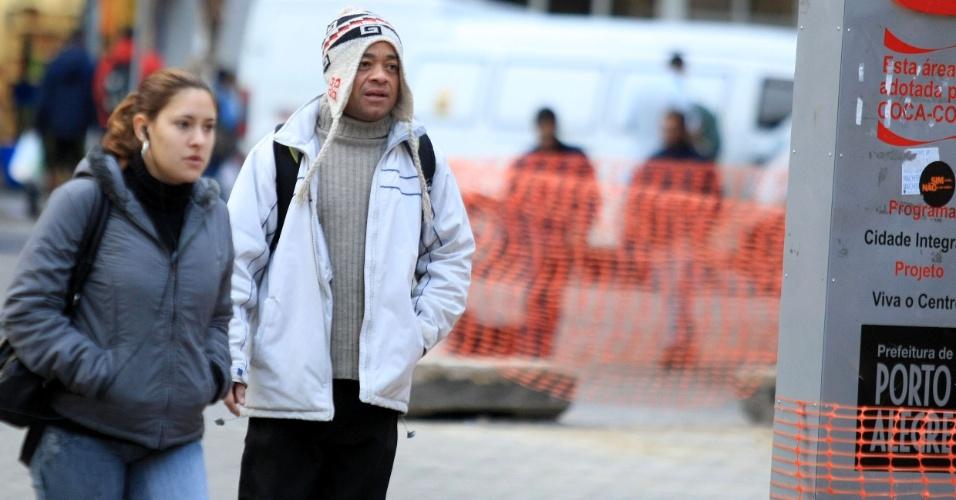 20.jun.2012 - Frio no centro de Porto Alegre (RS), no primeiro dia do inverno de 2012