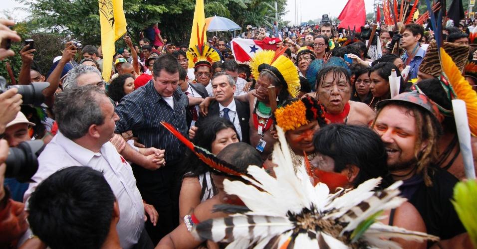 20.jun.2012 - Manifestação indígena ocupava o Riocentro quando o ministro Gilberto Carvalho chegou para negociar. O resultado foi satisfatório e Carvalho impediu a invasão dos manifestantes na Rio+20, Conferência da ONU sobre Desenvolvimento Sustentável