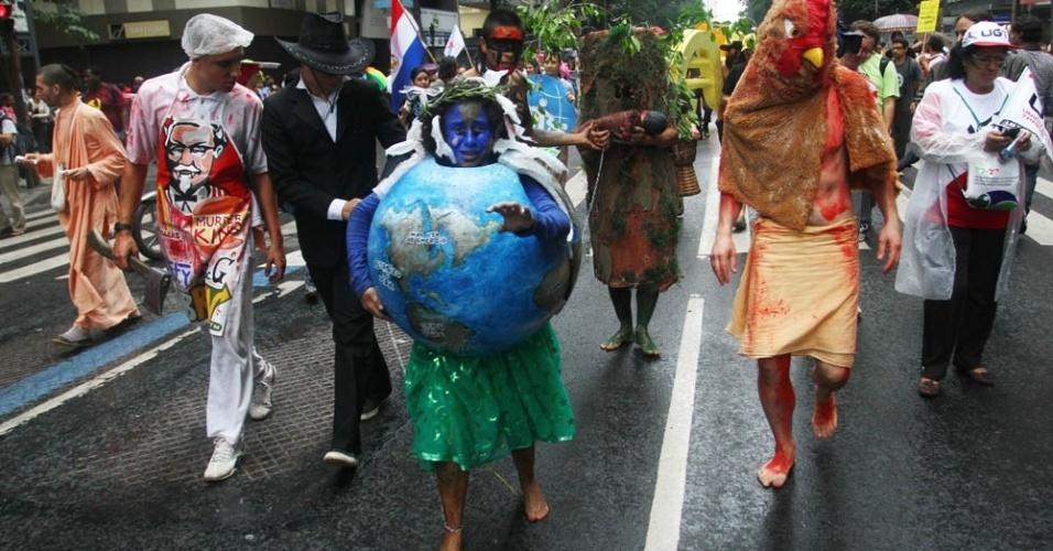 20.jun.2012 - Manifestantes do mundo todo participaram da Marcha dos Povos, que aconteceu na avenida Rio Branco, centro do Rio, próximo à Rio+20