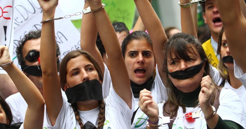 20.jun.2012 - Manifestantes na Marcha dos Povos lotam vias do Rio em protesto que reúne ativistas do Greenpeace e de diversas organizações em prol do meio ambiente. Eles criticam a Rio+20
