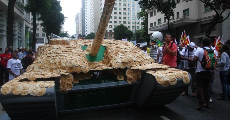 20.jun.2012 - Manifestantes na Marcha dos Povos lotam vias do Rio em protesto que reúne ativistas do Greenpeace e de diversas organizações em prol do meio ambiente. O grupo levou um canhão cheio de pães para as ruas
