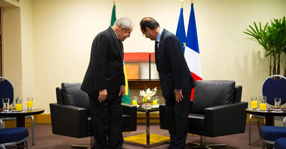 20.jun.2012 - O ex-presidente Luiz Inácio Lula da Silva e o presidente francês François Hollande falaram sobre a crise europeia, durante encontro na Rio+20