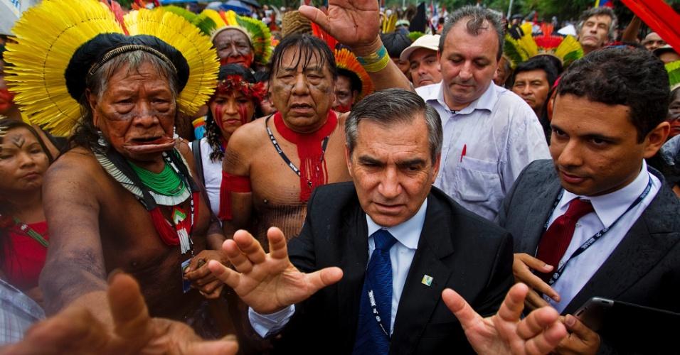 20.jun.2012 - O ministro Gilberto Carvalho, negocia com o cacique Raoni. Os índios participavam de um protesto da favela Vila Autódromo e pretendiam entrar na Rio+20, onde acontece o encontro dos chefes de Estado