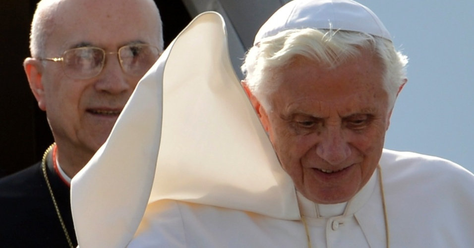 20.jun.2012 - Papa Bento 16 chega em aeroporto na cidade de Milão, na Itália, em 1º de junho de 2012
