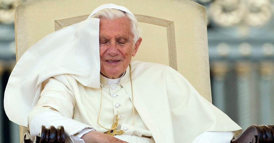 20.jun.2012 - Papa Bento 16 comparece à audiência geral semanal na praça São Pedro, no Vaticano, em 30 de maio de 2012