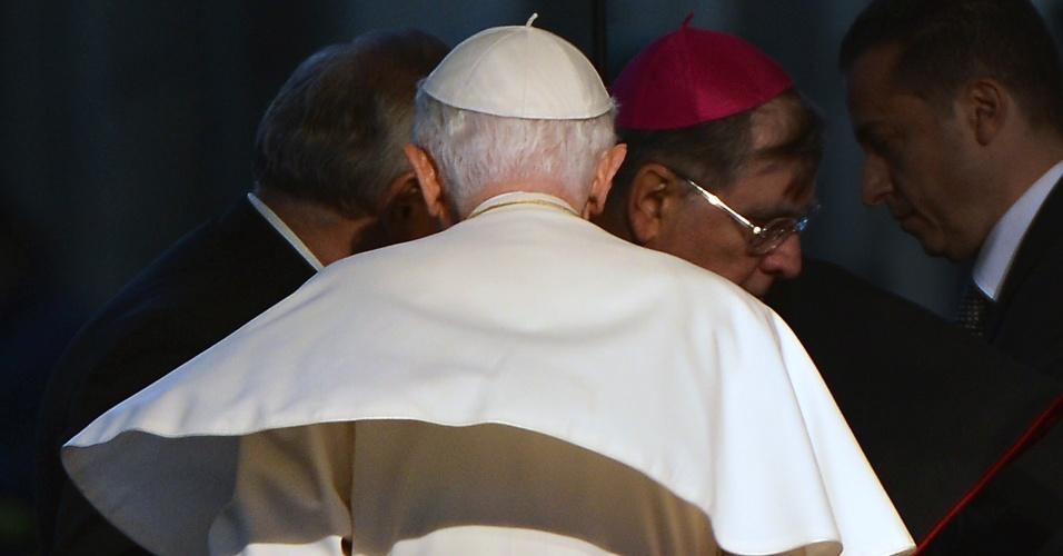 20.jun.2012 - Papa Bento 16 deixa encontro na praça Torre di Berta, em Sansepolcro, na Itália, em 13 de maio de 2012