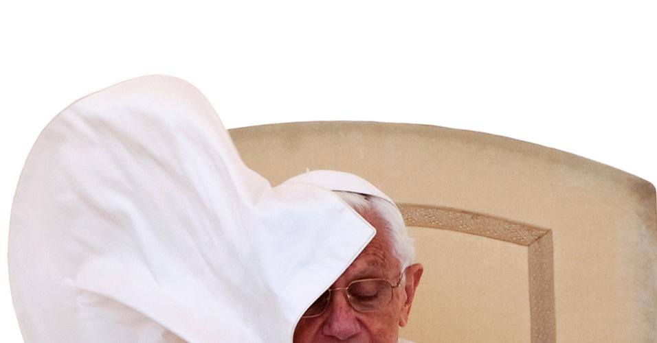 20.jun.2012 - Papa Bento 16 participa de audiência semanal na praça São Pedro, no Vaticano, em 9 de maio de 2012