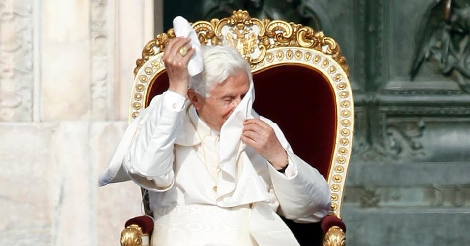 20.jun.2012 - Papa Bento 16 participa de encontro com fiéis na catedral de Milão, na Itália, em 1º de junho de 2012