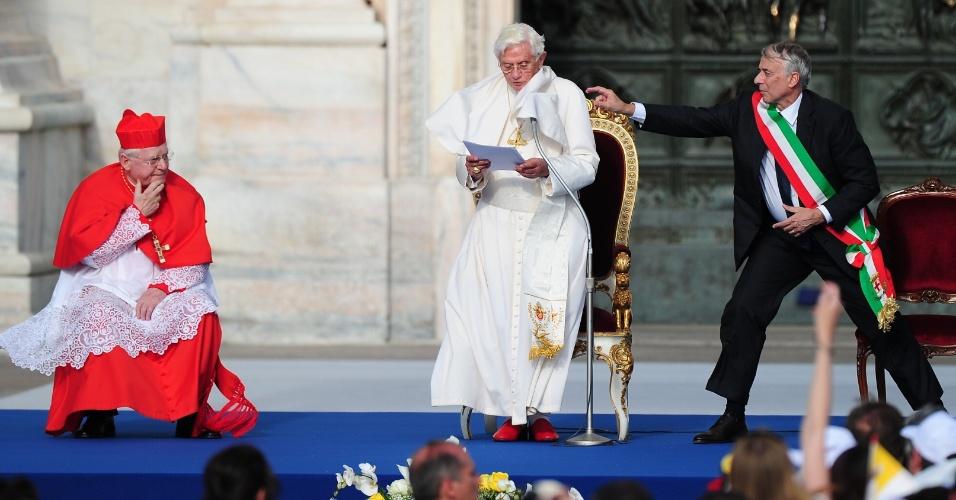 20.jun.2012 - Papa Bento 16 participa de encontro com fiéis na catedral de Milão, na Itália, em 1º de junho de 2012. Ao seu lado direito está o prefeito da cidade, Giuliano Pisapia, e do lado esquerdo o arcebispo de Milão, o cardeal  Angelo Scola