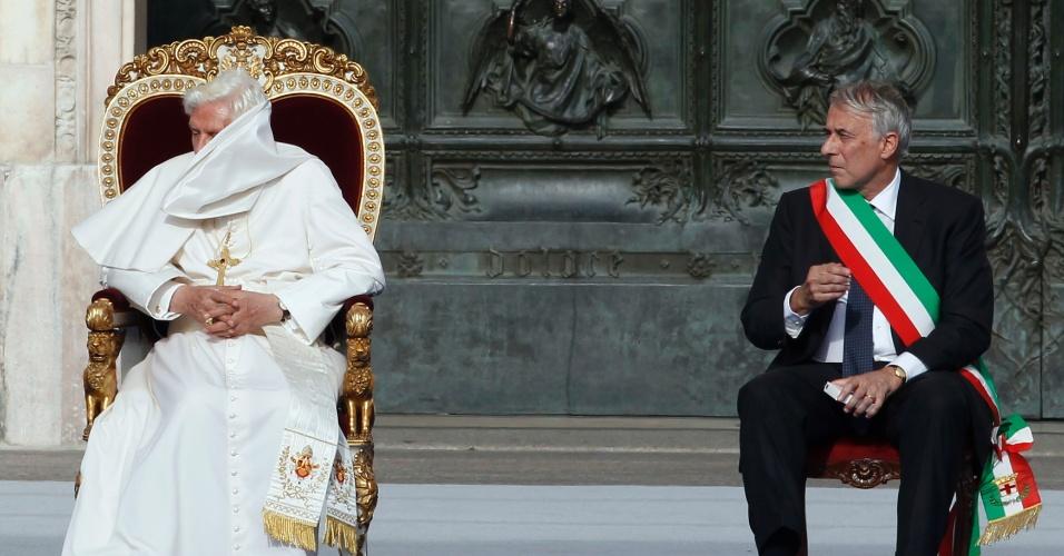 20.jun.2012 -  Papa Bento 16 participa de encontro com fiéis na catedral de Milão, na Itália, em 1º de junho de 2012. Ao seu lado está o prefeito da cidade, Giuliano Pisapia