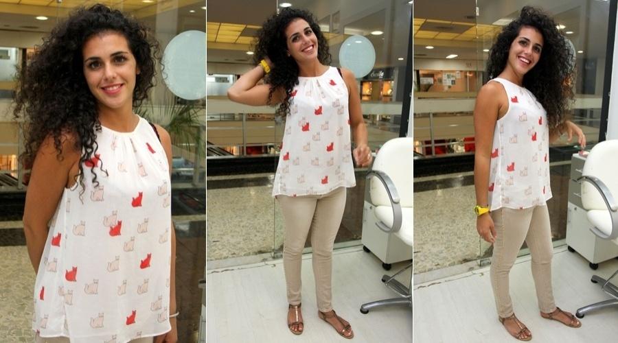 A ex-BBB espanhola Noemí cuidou dos cabelos em um salão de beleza no Rio (20/6/12)