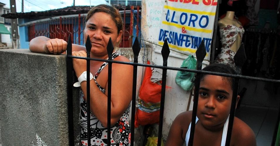Denise Lucas, 29, e a filha Alexia Jamile, 9, temem perder o benefício do bolsa família com o atraso do início das aulas. A frequência escolar é uma obrigatoriedade para ser beneficiado pelo programa