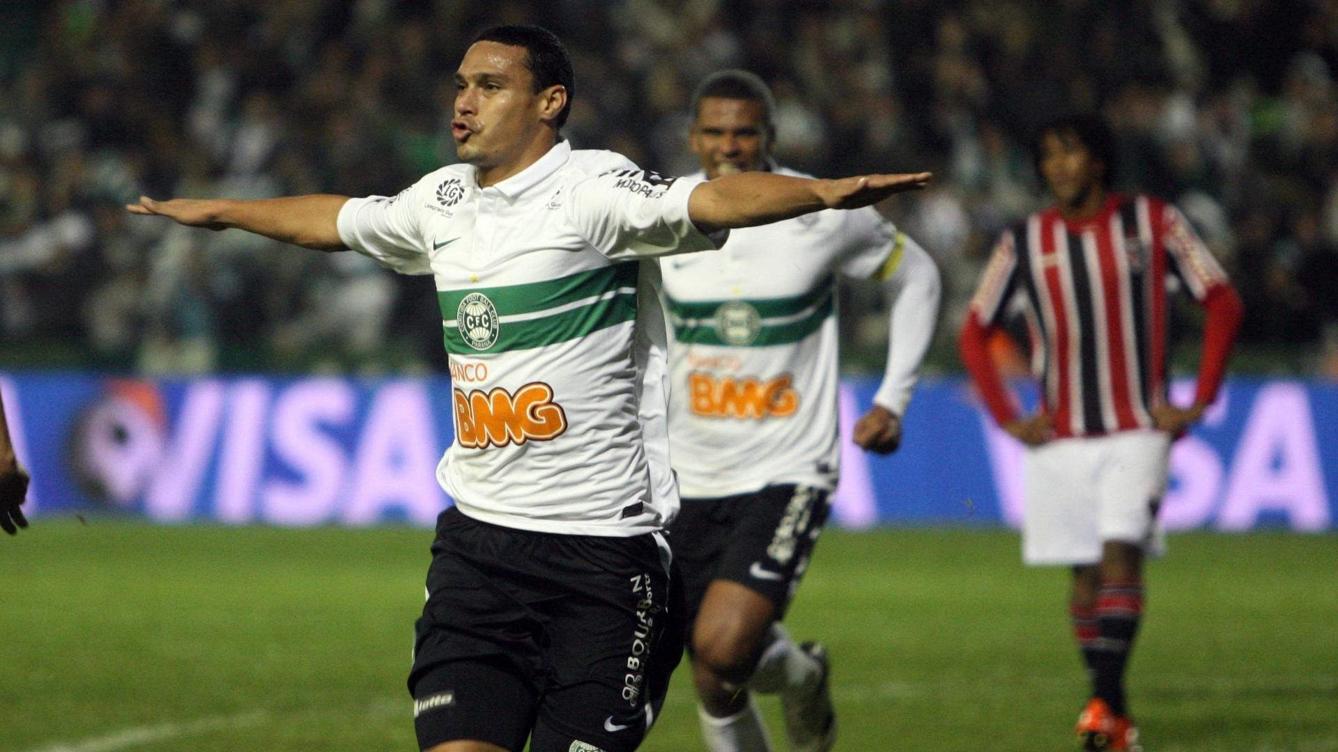 Emerson comemora após abrir o placar para o Coritiba contra o São Paulo