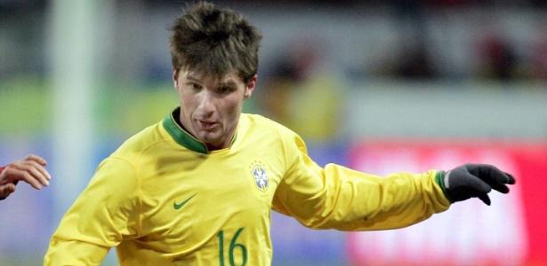 Gustavo Nery conquistou a Copa América 2004, mas ficou fora da Copa de 2006 - AP Photo/Ivan Sekretarev