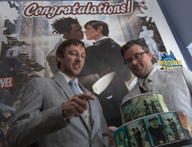 Jason Welker (esq.) e Scott Everhart (dir.) se preparam para cortar o bolo de casamento enfeitado com cenas de quadrinho da Marvel durante casamento em loja de Manhattan, em Nova York (20/6/12) - REUTERS/Adrees Latif