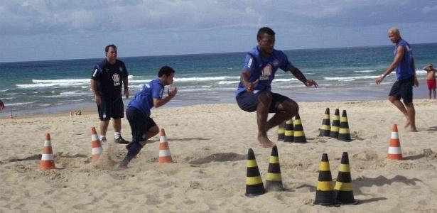 Jogadores do Bahia treinam na praia de Jaguaribe, em Salvador (20/06/2012)