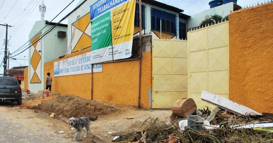 Lixo e entulho estão acumulados na porta de escola em reforma, dificultando o acesso de pedestres à escola e a passagem de carros pela rua