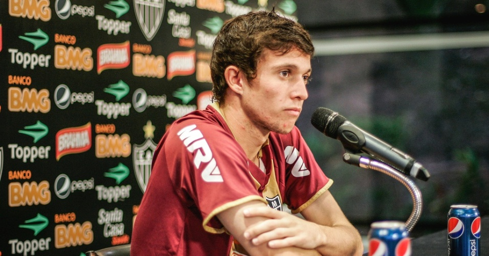 Meia-atacante Bernard, do Atlético-MG, concede entrevista na Cidade do Galo (19/6/2012)
