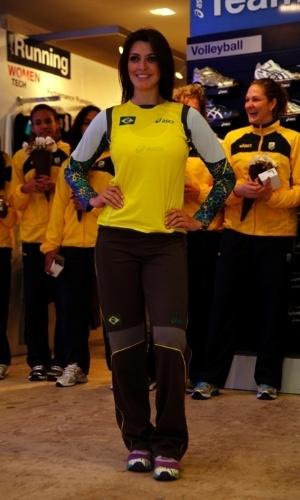 Modelo apresenta uniforme das goleiras do Brasil no handebol
